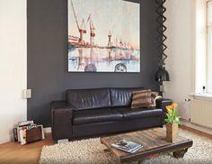 Wohnzimmer In Geschmackvoller WG Hamburg Altona Dunkle Ledercouch Vor Dunkler Wand Mit Grossem Wandgemlde