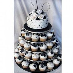 Pièce montée de cupcakes blancs et noirs