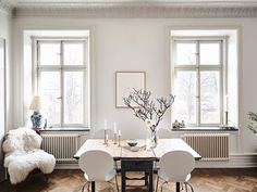 I spotted this beauty yesterday on instagram, it wasn't online yet, but today I got to see it entirely and I was charmed instantly. Love the eclectic details, the soft neutral color palette in the bed