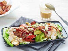 Ruokaisalla Cobbin salaatilla lähtee nälkä varmasti. Salaatissa on muun muassa avokadoa, pekonia ja sinihomejuustoa. Hunajainen kastike viimeistelee...