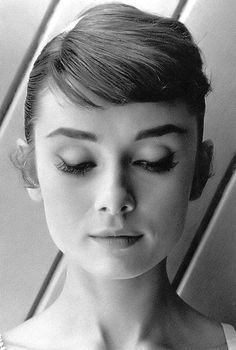 Bangs l Audrey Hepburn Style :) Style Audrey Hepburn, Katharine Hepburn, Audry Hepburn Makeup, Audrey Hepburn Eyebrows, Audrey Hepburn Costume, Aubrey Hepburn, Audrey Hepburn Photos, Hollywood Actresses, Classic Hollywood