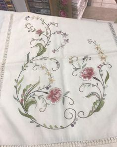 Fotoğraf açıklaması yok. Cutwork Embroidery, Hand Embroidery Designs, Embroidery Dress, Embroidery Stitches, Embroidery Patterns, Machine Embroidery, Beach Rock Art, Bargello, Needlepoint