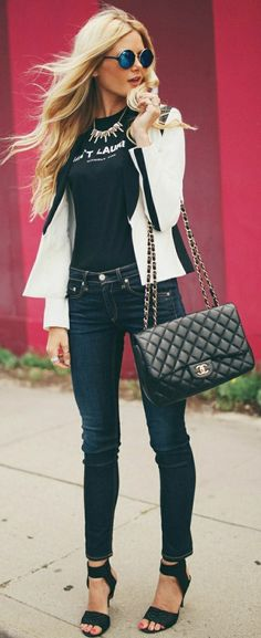die Jeans und T-Shirt können durch einen Sakko, Chanel Tasche und moderne Sonnenbrillen aktualisiert werden
