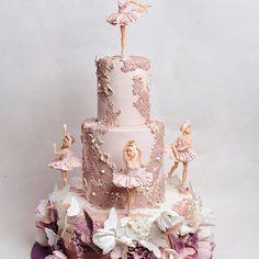 Когда на торте пять фигурок, кружево, цветы и бабочки он может выглядеть перегружено. Чтобы этого не произошло, нужно соблюдать правила композиции. Здесь акцент сделан на хрупких балеринах, а торт – это всего лишь постамент. Хотя, если вы приглядитесь, то заметите много мельчайших деталей, а гармония достигнута с помощью сочетания оттенков сиреневого и розового.