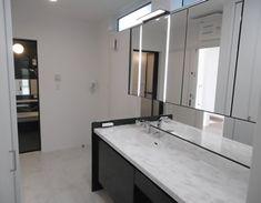 洗面台は、ゆったりとした1800サイズだから、並んで使えて、忙しい朝も◎。フェイスライトや自動水栓など機能も充実したワンランク上のエレガントな洗面台。大理石調のフローリングがさらに高級感をプラス。 #ルミシス Bathroom, Home, Design, Washroom, Full Bath, Ad Home, Homes, Bath