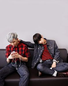 V looks adorable. I actually have a friend who can't sleep unless he has his hand on his girlfriend's head. #BTS #VMon
