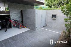 プラスGカールーフのサイクルポート Patio Tiles, Tile Floor, Entrance, Garage Doors, Exterior, Landscape, Garden, Outdoor Decor, House