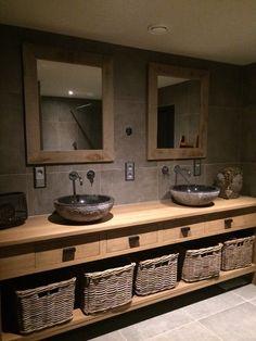 XL-wastafel van eikenhout met bijpassende spiegels op maat gemaakt.  www.renehoutman.nl