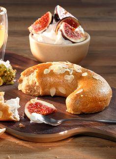 Unser vollwertiges Frühstückskipferl mit besonderen Rohstoffen aus Österreich. Aus Dinkel-Vollkornmehl, Ziegenmilch und nur mit Honig gesüßt. Schmeckt herrlich mit einer selbstgemachten Feigen-Topfencreme! #reschundfrisch #amliebstenimmer #vollkornkipferl #breakfast #honig #feigen #superfood Bagel, Bread, Superfood Recipes, Goat Milk, Whole Wheat Flour, Healthy Lifestyle, Figs, Dinner Napkins, Honey