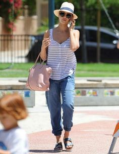 Le look du jour : Jessica Alba ne lâche pas ses Birkenstock ! Jessica Alba, Summer Outfits, Casual Outfits, Jeans Boyfriend, Latest Instagram, Diva Fashion, Fashion Ideas, Mommy Style, Yes To The Dress
