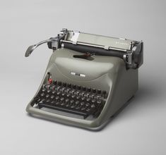 Lexikon 80 Manual Typewriter, Designed by Marcello Nizzoli, 1948 This is just like the one on which I learned how to type in the Vintage Design, Retro Vintage, Childhood Memories, Sweet Memories, Olivetti Typewriter, Learn To Type, Nostalgia, Vintage Typewriters, Kelly Wearstler