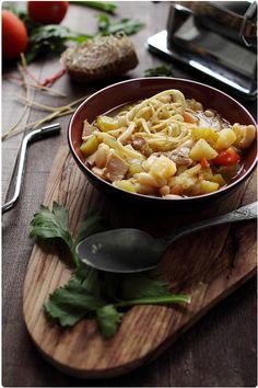 Voilà une soupe consistante, riche en légumes et parfumée. Elle est bien agréable à déguster avec ces morceaux de lonzu, charcuterie corse à base de poitri