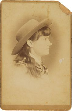 Photography:Cabinet Photos, Annie Oakley: Sensational, Previously Unpublished and PossiblyUnique Cabinet Photograph. Annie Oakley, Photo Recreation, New West, Vintage Pictures, Vintage Images, Old Newspaper, Le Far West, Wild West, Historical Photos