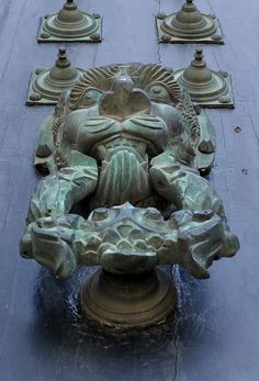 Heurtoir de Porte de la Cathédrale de Saint Jacques de Compostelle Lion Door Knocker, Door Knobs And Knockers, Spain Pilgrimage, St James The Greater, The Camino, Small Sculptures, Door Furniture, Kirchen, Door Handles