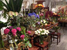 Fylte på med blomster inne