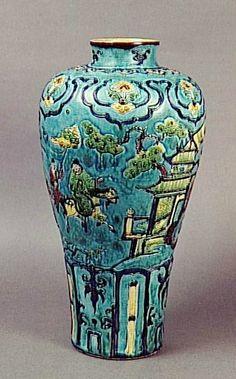 Vase meiping, 15e siècle, dynastie Ming (1368-1644), porcelaine fahua. Diamètre : 0.231 m. Ancienne collection Grandidier. Paris, musée Guimet - musée national des Arts asiatiques, G571. Photo © RMN-Grand Palais (musée Guimet, Paris) / Daniel Arnaudet