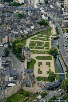 A beautiful medieval town, in the Morbihan department of Brittany - Rochefort-en-Terre Places Around The World, Around The Worlds, Region Bretagne, Belle France, France City, French Castles, Brittany France, Medieval Town, Paris