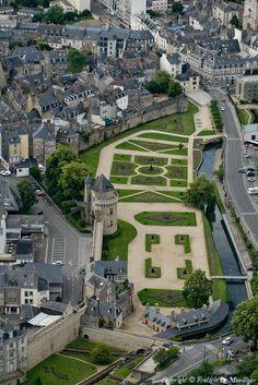Vue aérienne des remparts de la ville de Vannes et de la Tour du Connétable. C'est dans ses jardins aux pieds des murailles qu'ont lieu chaque année les Fêtes Historiques de la ville. ✈️ VANNES (Morbihan). Le Morbihan est un département français, situé en région Bretagne, qui doit son nom, fait entièrement de termes bretons, au golfe du Morbihan, qui signifie « petite mer », de mor, la mer, et bihan, petit, par opposition à mor braz qui désigne l'Océan.
