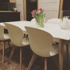 Hyvää yötä tai huomenta! Ihan kaikki ei meillä ole puuta  Valinta oli pitkä ja vaikea, mut lopulta löysimme tämän, mistä ollaan tykätty kovasti. Tuolit ovat todella hyvät istua, etenkin tuon lampaantaljan kanssa. --- I do like a lot our @boconcept_official table and chairs. Something non-wooden too in our loghouse.  #boconcept #vepsäläinen #vepstunnelma #adelaidetuoli #milano #milanopöytä #diningtable #tulppaanit #tulips #aaltomaljakko #hirsitalo #loghouse #myhome #nordichome