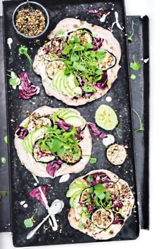 Rezept Nadia Damaso Avocado-Cashew-Limetten-Pizzas mit gebackenen Auberginen und Dunukkah Kochbuch Eat Better Not Less Around the World 2017 AT