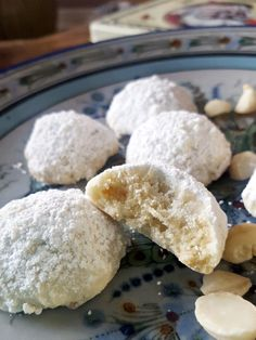 Snowball biscuits with white chocolate and Schneeball Kekse mit weißer Schokolade und Macadamias white chocolate macadamia snowball cookies - Easy Cookie Recipes, Tea Recipes, Sweet Recipes, Cake Recipes, Dessert Recipes, Chocolate Snowballs, Melting Chocolate, Chocolate Cookies, Chocolate Chocolate