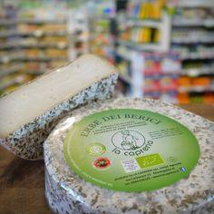 Il formaggio di #capra a pasta molle e crosta fiorita Erbe dei Berici, viene prodotto a Montegalda (Vicenza) da La Capreria. E' ricoperto di erbe aromatiche locali e sprigiona alla degustazione un sapore ricco, persistente, e piacevolmente aromatico, con un fresco sentore d'erbe.