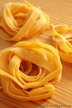 Tagliatelle.  Pasta fresca all'uovo.  Cucina emiliana. Tradizione.