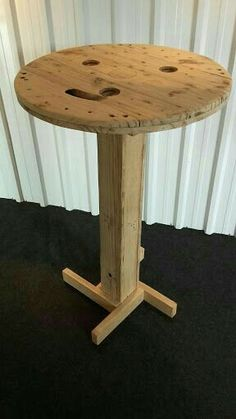 Mesas e Cadeiras com tampas de Carretel - de diâmetro Wooden Spool Tables, Wood Spool, Wood Table, Spool Crafts, Pallet Crafts, Wooden Crafts, Table Bar, Diy Table, Pallet Furniture