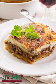 Moussaka (auch Musaka) ist ein für die bulgarische, mazedonische oder türkische, aber vor allem für die griechische Küche bekanntes Auflaufgericht, das seinen Ursprung im arabischen Raum hat. Mehrere Schichten aus Hackfleisch, Auberginen, Kartoffeln und Oliven machen Moussaka zu einem ebenso beliebten geschichteten Auflauf im Balkan-Raum wie es die Lasagne für die Italiener ist. Magst Du Lasagne, so wirst Du unser Moussaka lieben!