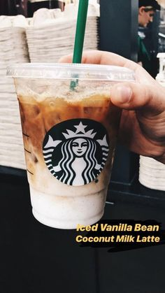Your guide to vegan Starbucks drinks (March - Samantha Fashion LifeYour guide to vegan starbucks drinks (march - vegan starbucks? Did you know that Starbucks offers dairy products for soy, almonds and coconut? Bebidas Do Starbucks, Low Carb Starbucks Drinks, Starbucks Iced Coffee, Starbucks Vanilla Latte, How To Order Starbucks, Starbucks Secret Menu Drinks, Milk Shakes, Smoothie Drinks, Smoothie Recipes