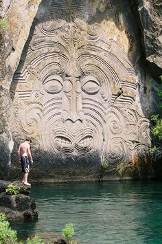 You'll need to hop on a boat to see the amazing Maori rock carvings at Mine Bay in Lake Taupo, New Zealand Places To Travel, Places To See, Maori Symbols, Maori People, Polynesian Art, Maori Designs, New Zealand Art, Chris Garver, Maori Art