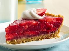 Gluten-Free Easy Strawberry Pie Fresh strawberry slices topped on Rice Chex® cereal crust for an easy pie recipe – a perfect dessert treat. Easy Pie Recipes, Snack Recipes, Dessert Recipes, Free Recipes, Snacks, Fruit Dessert, Gf Recipes, Dessert Bars, Cooking Recipes