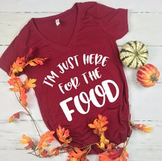 I'm just here for the food, thanksgiving shirt - Thanksgiving Drinks Thanksgiving Shirts For Women, Family Thanksgiving, Thanksgiving Outfit, Thanksgiving Drinks, Fall Shirts, Cute Shirts, T Shirt Diy, Shirt Pins, Vinyl Shirts