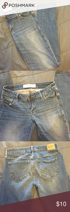 Abercrombie Jeans Light denim. Great condition. size 0s. Waist: 25 Leg: 29 Abercrombie & Fitch Jeans Skinny