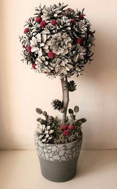 11 DIY Pine Cone Decorations For This Christmas Diy diy pine cone crafts Pine Cone Art, Pine Cone Crafts, Christmas Projects, Holiday Crafts, Christmas Activities, Christmas Topiary, Christmas Pine Cones, Christmas Wreaths, Christmas Ornaments