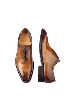 Attore Noce Anticato. Oxford Plain Vamp. Oxford Plain Vamp, three-hole lace-up shoe for men, Goodyear welted construction by hand. Manual staining gives the skin nuances unique. Classic shoe with close fastening, the Oxford has always been considered formal and smart and it can't be missing in a style man wardrobe.