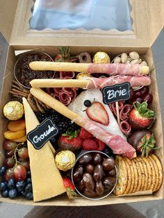 Charcuterie Gift Box, Charcuterie Recipes, Charcuterie And Cheese Board, Charcuterie Platter, Party Food Platters, Cheese Platters, I Love Food, Good Food, Yummy Food