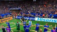 Islândia, país tão pequenino, junto com a energia de sua torcida, venceu a Inglaterra, país tradição no futebol. Alegria, comemoração, grande energia.