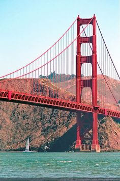 Un voilier passant sous le Golden Gate - San Francisco, Californie, USA