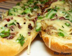Chrupiące i aromatyczne zapiekanki z bagietki, z salami i pieczarkami. Szybkie i łatwe zapiekanki jak z najlepszego fast-fooda, przepis idealny.