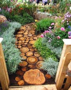 Plain and boring backyard designs can be an eye sore. These creative garden decorations and backyard designs can inspire you to create unique installations, vertical gardens or fence decor, turning yo #LandscapingIdeas #gardendecor