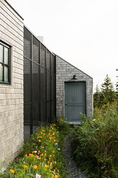 This Maine Home's Next-Level Screened-In Porch Can Be Taken Apart in an Hour Screened Porch Designs, Screened In Porch, High Gloss Kitchen, Glass Structure, Outdoor Spaces, Outdoor Decor, Outdoor Living, Window Screens, Prefab Homes