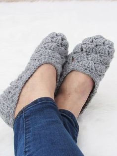 Crochet Afghans Ideas Easy Crochet Slipper Pattern - This is a free crochet slipper pattern that is perfect for beginners, a quick crochet project that will make great gifts. Make a pair today. Beginner Crochet Projects, Crochet For Beginners, Easy Crochet Patterns, Crochet Designs, Free Crochet Slipper Patterns, Crochet Ideas, Simple Crochet, Easy Crochet Slippers, Baby Booties Knitting Pattern