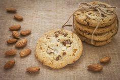 """750g vous propose la recette """"Cookies au chocolat et aux amandes"""" accompagnée de sa version vidéo pour cuisiner en compagnie de Chef Damien et Chef Christophe."""