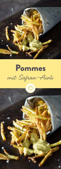 Die krossen Ofen-Pommes lassen sich prima in die hausgemachte Safran-Mayonnaise dippen, die so lecker schmeckt, dass du süchtig wirst.