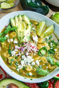 A recipe for Pozole Verde de Pollo (Green Mexican Hominy and Chicken Soup) : A green Mexican style chicken soup with hominy (a large corn kernel) in a tasty tomatillo and chili chicken broth! with chicken broth Comida Latina, Chicken Soup Recipes, Green Chicken Pozole Recipe, Hominy Recipes, Chicken Green Chili Soup, Tomatillo Chicken, Tomatillo Recipes, Chicken Chili Verde, Green Chile Stew