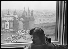 """Apre oggi a New York, alla Morrison Hotel Gallery, una grande mostra intitolata semplicemente """"BOWIE"""", che racconta la carriera stellare di David Bowie attraverso le immagini iconiche catturate dall'obiettivo di molti straordinari fotografi."""