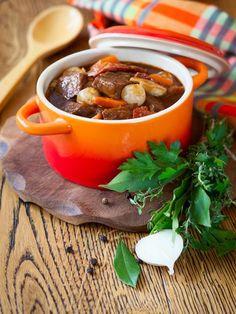 poivre, vin rouge, oignon nouveau, huile, Viandes, oignon, lardons fumés, ail, persil, sel, carotte, bouillon de boeuf
