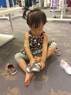 """2016.10.6 """"엄마, 나 이 신발 사주세요."""" Yes, no 가 분명한 소은이. 신발은 벌써부터 호불호가 강하다."""