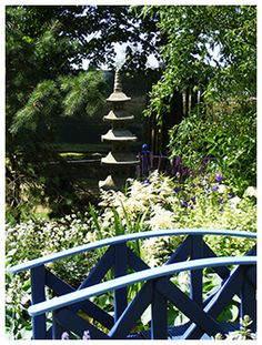 The blue and white oriental theme is only improved by the pagoda tent, little bridge and garden ornaments.